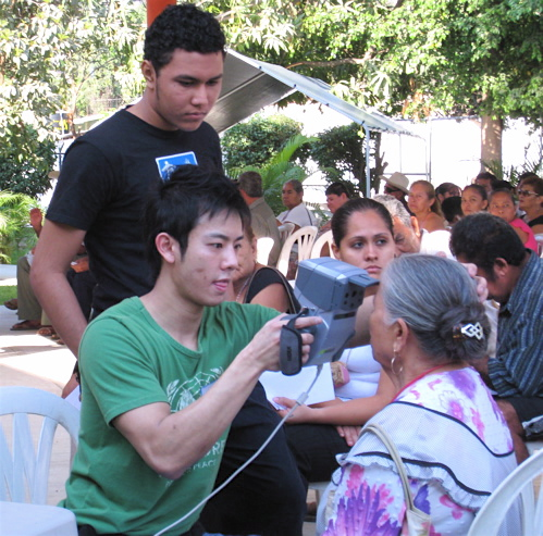 Duen Wong (green shirt), optometry student